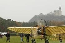 Pilot Petr Mára zopakoval historicky první let Kašparova Blériotu z Pardubic do Prahy. Startoval pod Kunětickou horou.