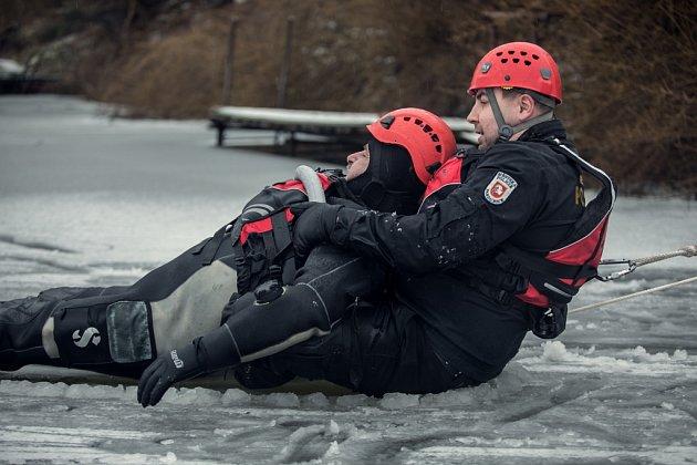 Záchrana z ledu. Ledovou vodu si pardubičtí strážníci vyzkoušeli na vlastní kůži.