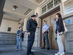 Policie v Pardubících vyklízí magistrát města. Anonym zde ohlásil bombu.