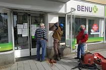 Pamětní deska je umístěna ve výloze lékárny Benu