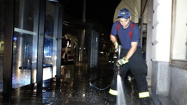 Stopy krve museli kvůli zdravotním rizikům z dlažby na třídě Míru umývat hasiči a Služby města Pardubic.