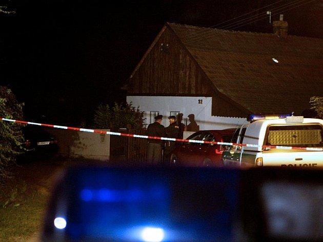 V Černé u Bohdanče objevili policisté dvě mrtvá těla.