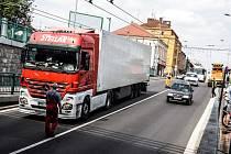 Ucpaný podjezd a zpožděné trolejbusy v Pardubicích zavinil řidič kamionu, který nerespektoval dopravní značení.