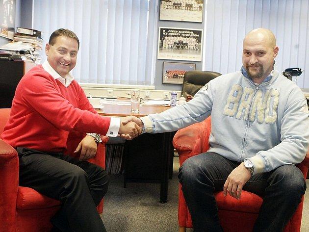 Při rozhovoru dvou mocných mužů českého hokeje vládla přátelská atmosféra. Zbyněk Kusý (vlevo) si s Liborem Zábranským po krku rozhodně nejdou.