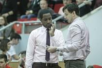 Levell Sanders (vlevo) a Tomáš Bartošek už nejsou trenéry pardubických basketbalistů.