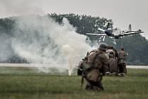 Aviatická pouť 2016 v Pardubicích. Mustang v akci proti německé koloně.