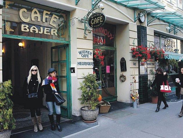 Kavárna Bajer vylepšuje kolorit třídy Míru, která jinak dělá městu spíše ostudu.