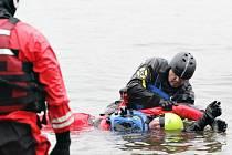 Cvičení záchrany na volné hladině si policisté pořádkových jednotek z celé republiky vyzkoušeli na Seči.