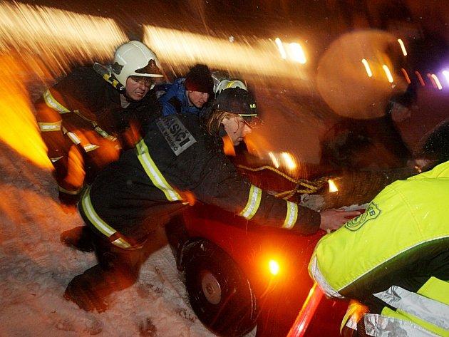 Bohdanečtí hasiči a strážníci odstraňují následky dopravní nehody na silnici do Živanic.