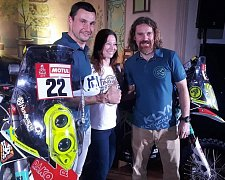 TÝM PRO DAKAR 2018. Vedle Ondřeje Klymčiwa (vlevo) se představili i Gabriela Novotná a Petr Vlček.
