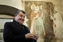 Biskup Dominik Duka si prohlédl historicky i umělecky cennou fresku v Přelouči.