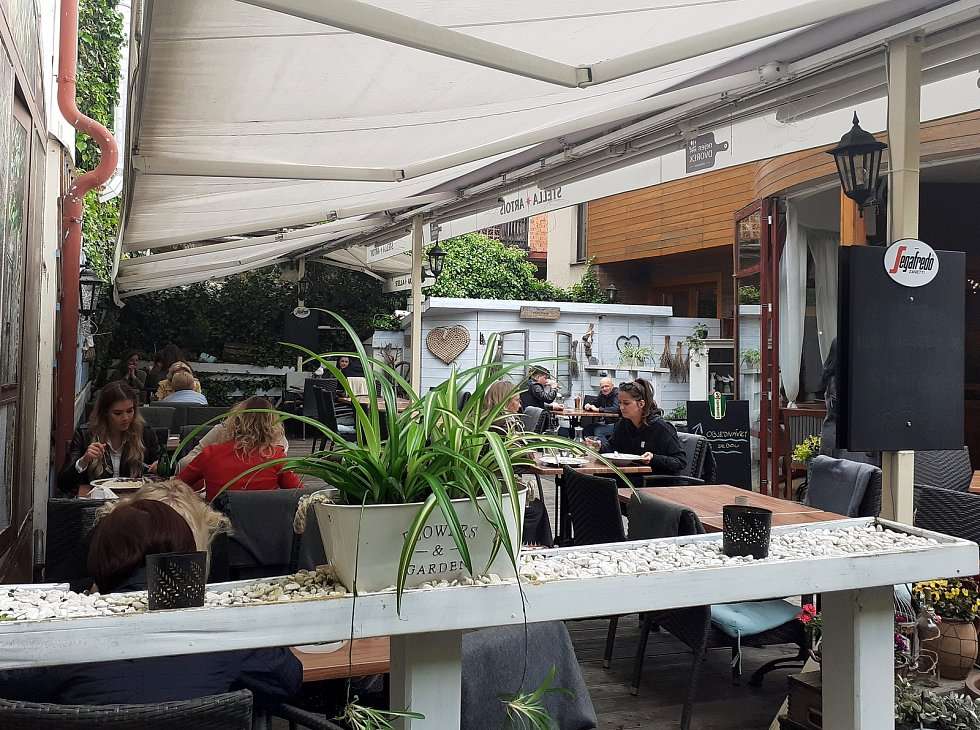 Od pondělí mohou mít restaurace a kavárny otevřené zahrádky. Podmínkou je max. 4 lidi u stolu a potvrzení o negativním testu.