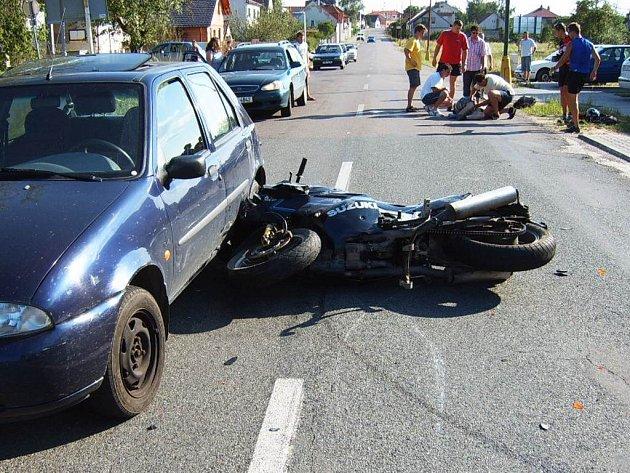 Srážku s autem zaplatili dva muži na motorce otevřenými zlomeninami