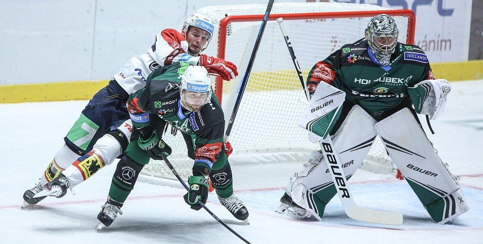 Hokejové utkání Tipsport extraligy v ledním hokeji mezi HC Dynamo Pardubice (v bílém) a HC Energie Karlovy Vary (v černozeleném) v pardudubické Enteria areně.