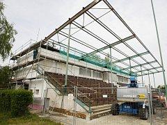 Rekonstrukce přeloučského fotbalového stadionu.
