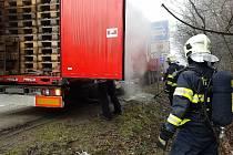 Řidič spatřil jiskry a silný kouř, který vycházel z kola návěsu.