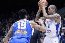 Čeští basketbalisté (v bílém) porazili na úvod kvalifikace Island o dvacet bodů. Hrálo se v pardubické Tipsport aréně.