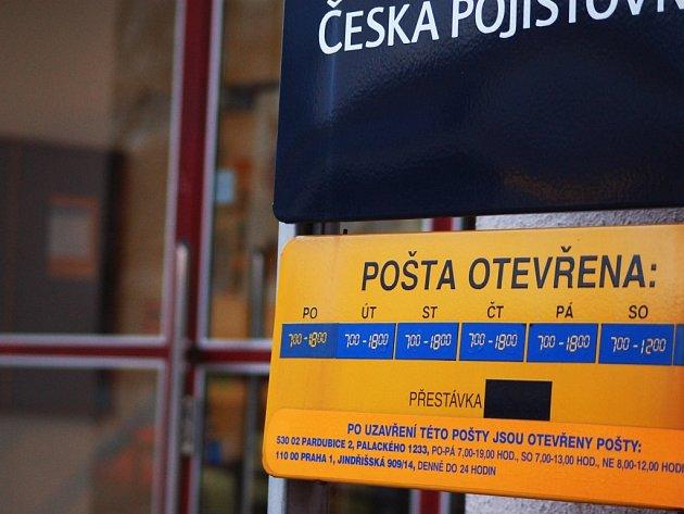 Zloděj se pokusil vykrást polabinskou poštu, ženě za přepážkou hrozil zbraní!