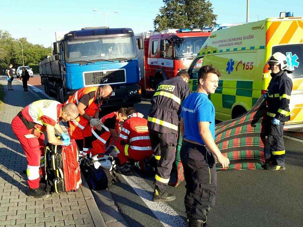 Tragická dopravní nehoda v Jaroslavi na Holicku. Ženu na přechodu srazil nákladní automobil.