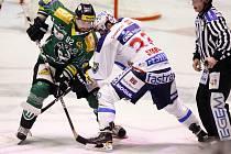 Na buly se Tomáš Divíšek (v zeleném) pokouší přetlačit Jana Starého.