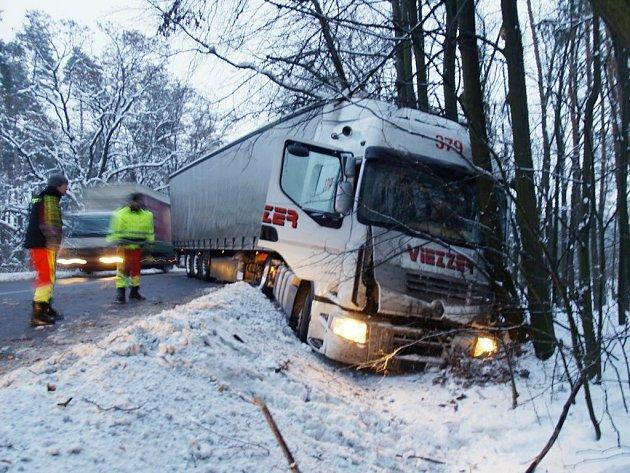 Havarovaný kamion před Jaroslaví (Pardubicko). Řidič jej strhnul do příkopu, aby zabránil střetu s osobním vozem, který dostal smyk.