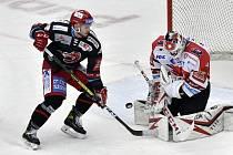 HC Oceláři Třinec - HC Dynamo Pardubice: zleva Patrik Hrehorčák z Třince a brankář Pardubic Milan Klouček.