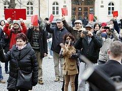 Miloše Zemana v Pardubicích vítaly také červené karty.