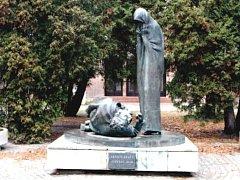 TENTO POHLED se již obyvatelům Holic nenaskytne. Socha je v depozitáři a přestěhuje se ke hřbitovu.