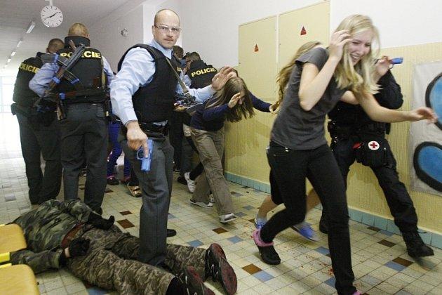 Další pachatel zneškodněn. Někde tu ale je další. Policisté musejí prohledat všechny třídy.