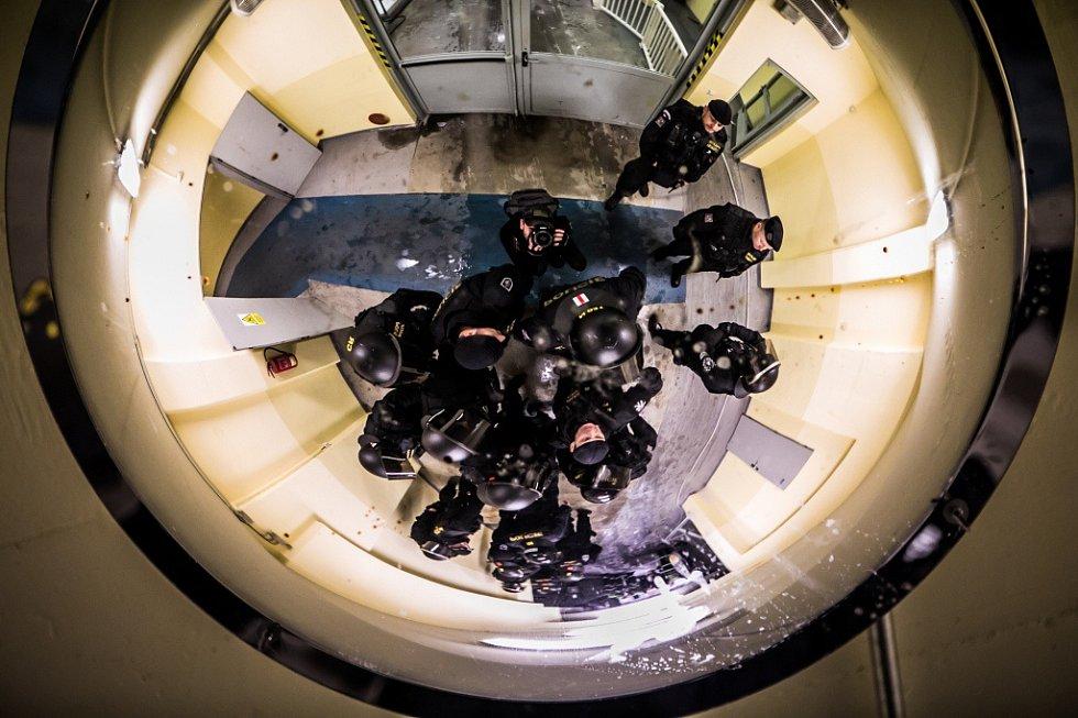 A v útrobách stadionu se to pak černá uniformami. Mimochodem - pořadatelé i strážníci u vchodů krom pyrotechniky tentokrát divákům zabavili: 2 boxery, teleskopický obušek a nůž...