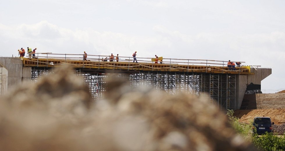 Staveniště největší mimoúrovňové křižovatky v České republice u Opatovic nad Labem na Pardubicku