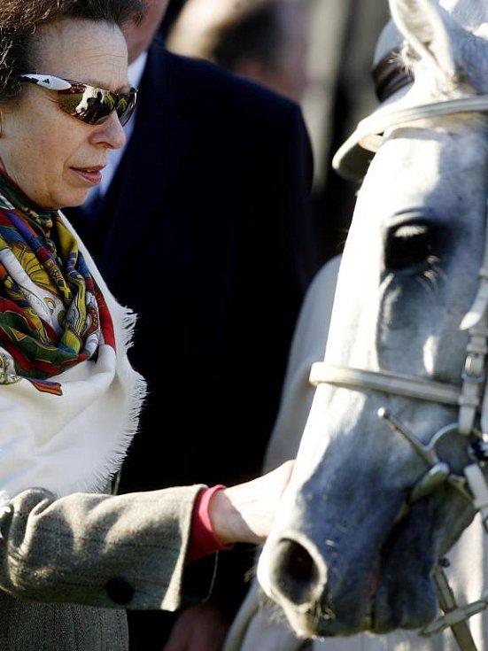 Princezna Anna s vítěznou klisnou Sixteen