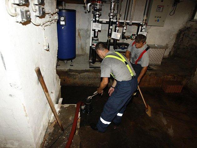 Hasiči pomáhali s čerpáním vody ze sklepů bytového domu na pardubickém sídlišti Dukla