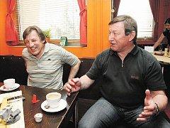 HOKEJOVÁ DVOJČATA Bohuslav Šťastný (vlevo) a Vladimír Martinec si rozumí i třicet let poté, co uzavřeli svoji kariéru v Pardubicích. Společně s Jiřím Novákem vytvořili nezapomenutelnou ofenzivní smršť, které se všichni soupeři báli.