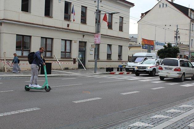 Kontroly elektrokoloběžek icyklistů vPardubicích pokračují. Na začátku října městská policie zvýšila kontroly elektrokoloběžek a také cyklistů.