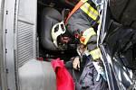Soutěž ve vyprošťování osob z havarovaných vozidel pro hasiče z Pardubického a Královéhradeckého kraje. Hlavou dolů a ošetřovat pacienta. To jsou podmínky.