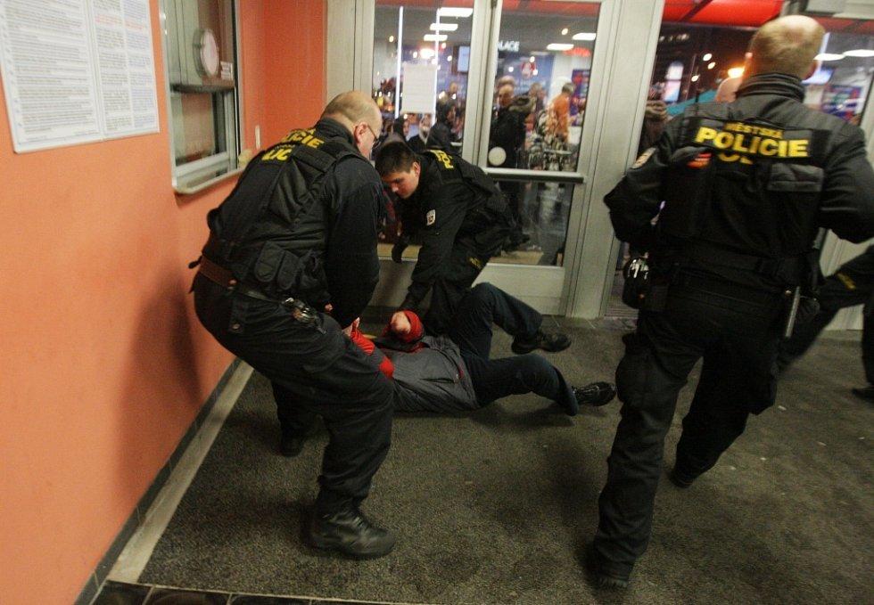 Zásah pardubických strážníků proti jednomu z výtržníků