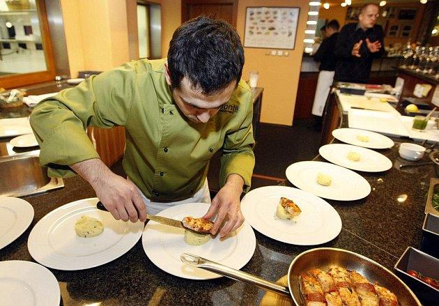 "Účastníci projektu ""Vaříme s deníkem"" si v restaurantu Bonté pochutnávali na čerstvých rybách."
