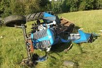 PŘEVRÁCENÝ TRAKTOR málem usmrtil jeho řidiče. Zachránil ho dvanáctiletý syn!