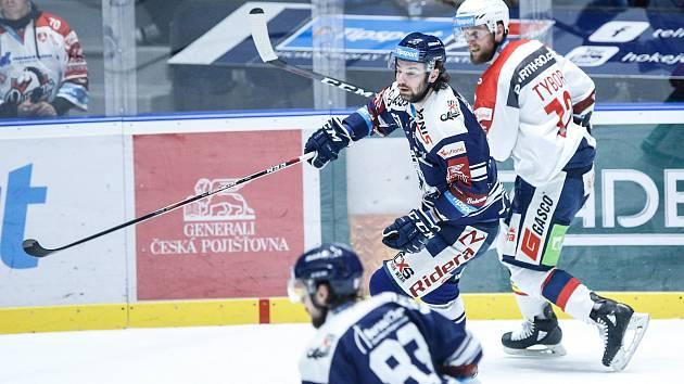 Hokejové utkání Tipsport extraligy v ledním hokeji mezi HC Dynamo Pardubice (v bíločerveném) a HC Vítkovice Ridera (v modrobílém) v pardudubické enterie areně.