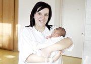 ADAM HATAŠ se narodil 12. prosince ve 13 hodin a 37 minut. Měřil 47 centimetrů a vážil 2890 gramů. Maminku Veroniku podpořil u porodu tatínek Petr. Rodina bydlí v Tetově.