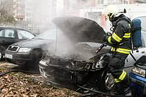 Na sídliši Závodu míru v Pardubicích shořelo auto. Příčinou byl zkrat na baterii.