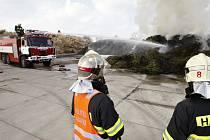 Požář skládky větví v Dražkovicích