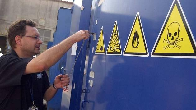 Chvaletické sklady byly zabezpečeny a hlídány. Ilustrační snímek.