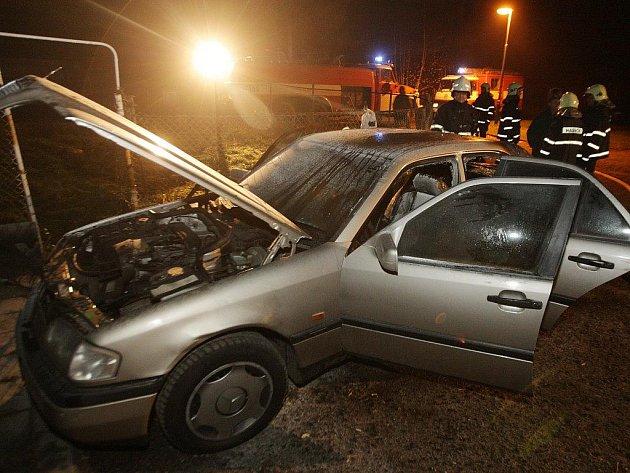 Za dvě zapálená vozidla v Cholticích může zřejmě vyřizování účtů romských rodin.