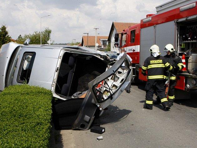 Automobil v Býšti skončil po nehodě na boku. Řidič na nic nečekal a dal se na útěk.