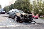 Zapálený automobil sice parkoval o ulici vedla. Jeho majitel ale žije v témže domě.