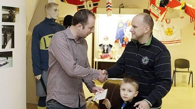 Petr Černý z Pardubic se stal jubilejním 5000. návštěvníkem výstavy 90 let pardubického hokeje