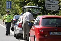 Zúžená vozovka a práce na silnici. Sníženou rychlost kvůli bezpečnosti ale někteří řidiči nedodrželi