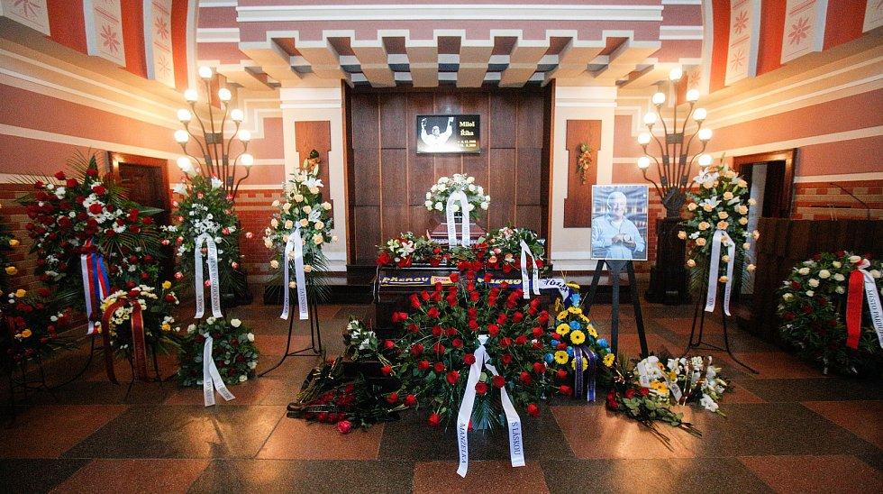 Poslední rozloučení s legendárním hokejovým trenérem Milošem Říhou v pardubickém krematoriu.